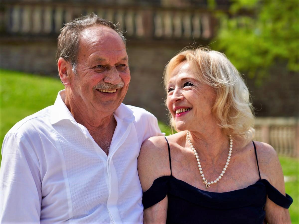 Ein Brautpaar gibt sich das Ja-Wort in einer freien Trauung mit Hochzeitsrednerin Ingrid Rupp