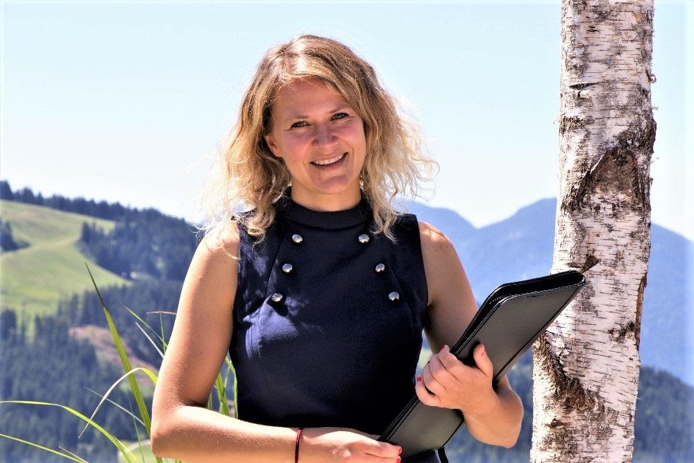 Traurednerin Ingrid Rupp aus Heidelberg traut ein Brautpaar in Tirol